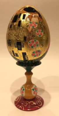 The Kiss by Gustav Klimt handpainted copy on wooden egg 150mm