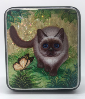 72x88 mm Grey Cat and Batterfly hand painted papier-mache and pearl lacquered box from Kholuy (by Sadko Workshop)
